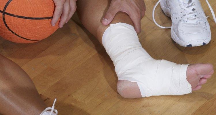 Um fisioterapeuta recomendará exercícios de alongamento, coordenação e fortalecimento para recuperar o movimento nos tornozelos
