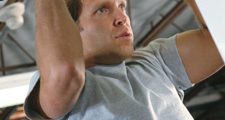 As barras fixas trabalham todos os músculos das costas, núcleo e bíceps