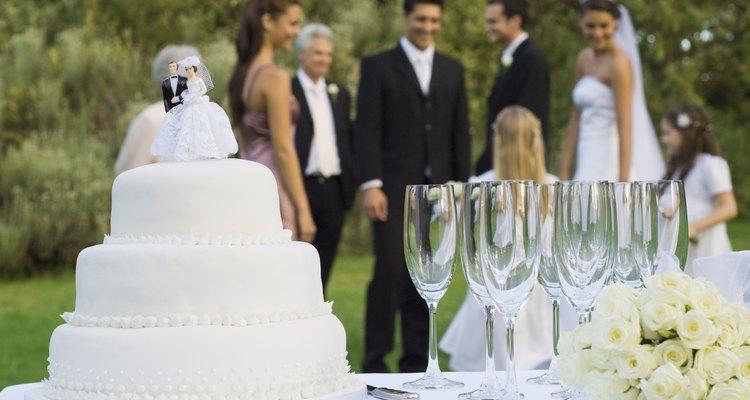 La tradición exige que las parejas guarden la parte superior de su pastel de bodas para comer en su primer aniversario.