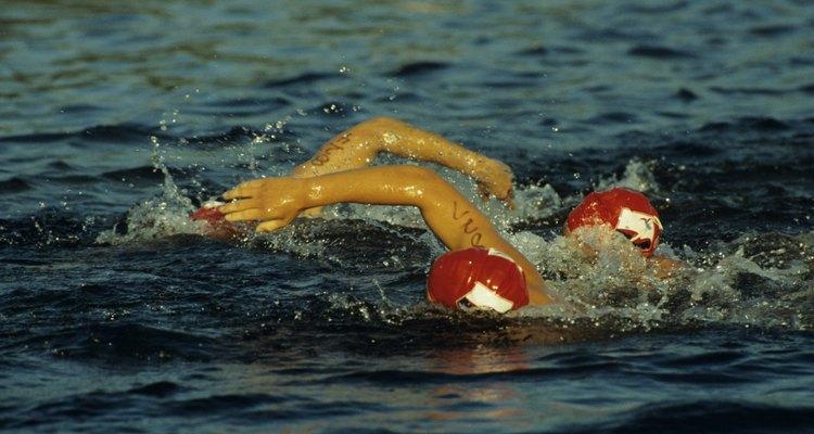 El nado en aguas abiertas es una de las características de este triatlón.
