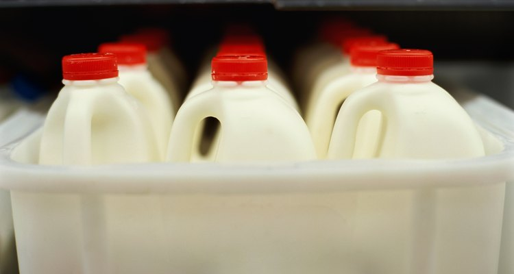 Evita alimentar a tu gatito con leche de vaca o fórmula láctea para bebés humanos.