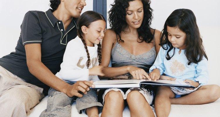 Las familias repasan los recuerdos especiales mediante los álbumes de fotos.