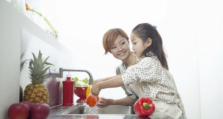 Crianças que participam da montagem dos pratos são mais saudáveis