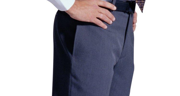 Mantén la camisa pulcramente metida para generar un aspecto más prolijo y profesional.