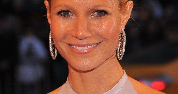 Gwyneth Paltrow usa aretes en argolla para suavizar su mandíbula cuadrada mientras asiste al Met Costume Institute Gala 2012 en New York City.