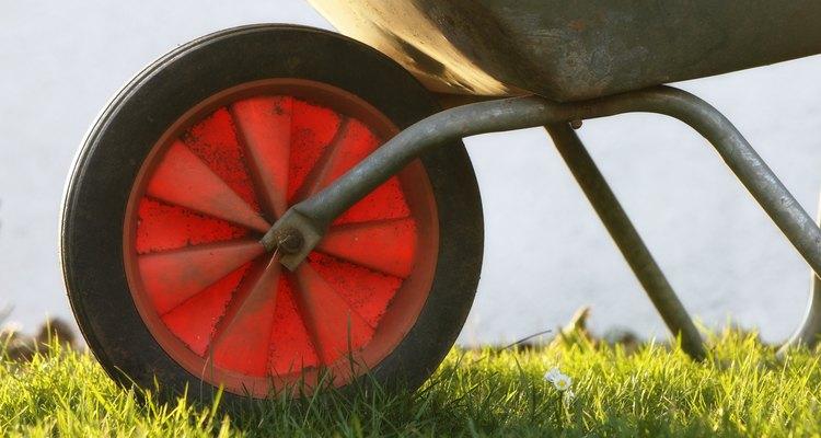 Os carrinhos de mão são máquinas compostas formadas por uma alavanca e uma roda e eixo