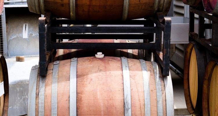 El whisky es añejado en barriles de roble.