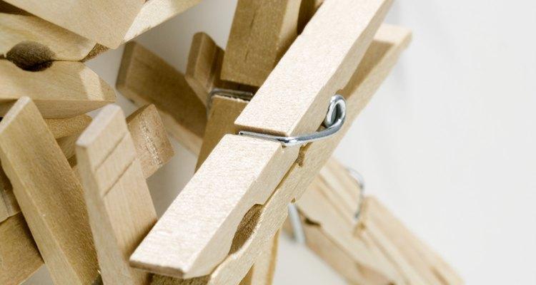 Use prendedores de madeira para criar uma cruz
