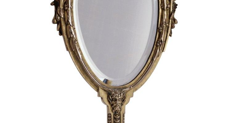 Um risco em um espelho é feio e pode distorcer a imagem