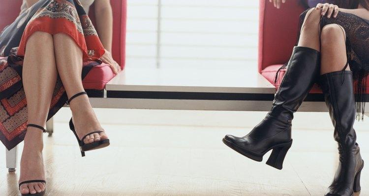 Dos mujeres con zapatos a la moda.