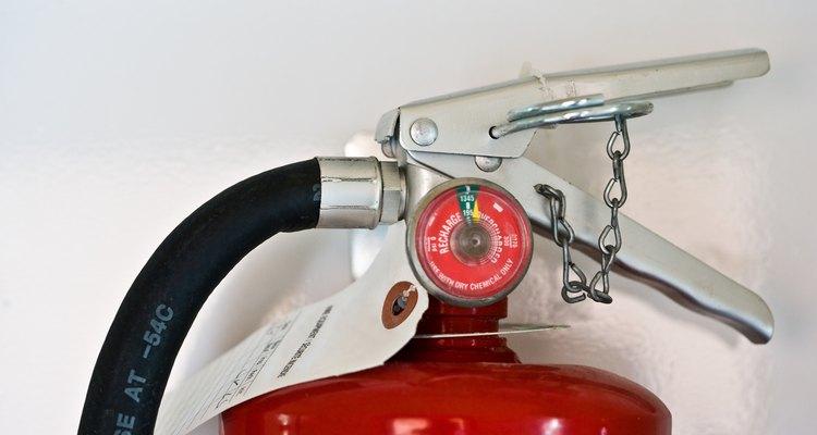 Aprende a quitar el pasador de la manija de un extintor para responder rápidamente a los incendios.