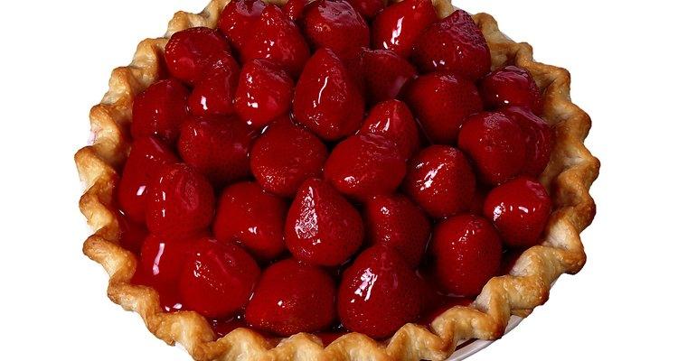 Crea una tarta fresca con fresas maduras y gelatina.