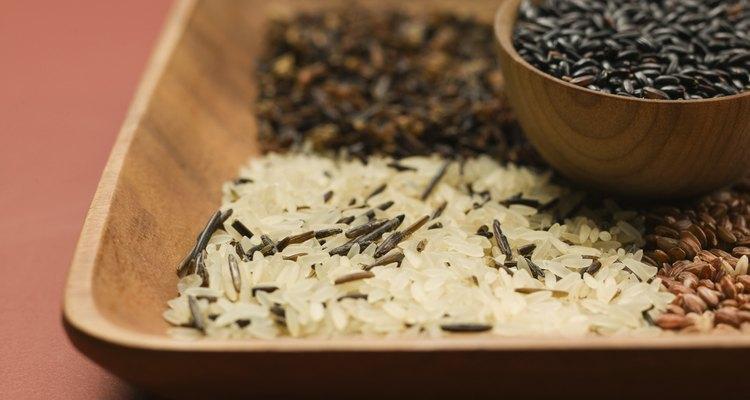 É fácil transformar o arroz integral cru em flocos de arroz