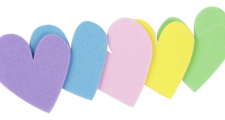 Con una capa colorida de pintura, una pieza de espuma se convierte en una decoración de peso ligero.