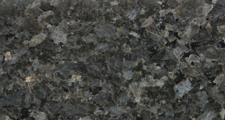 Las baldosas de granito pueden crear una superficie sólida y durable en tus encimeras.