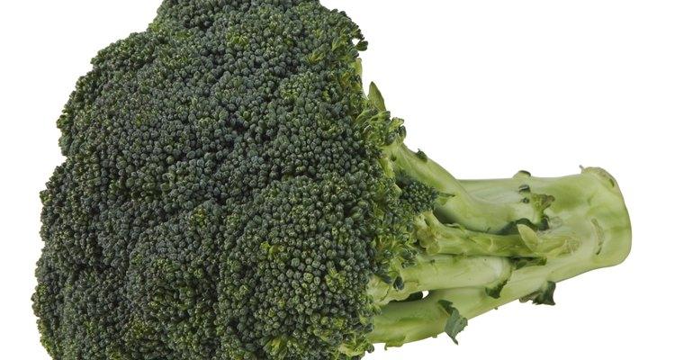Sigue estos pasos simples para hervir un poco de brócoli congelado esta noche.