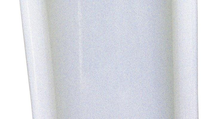Un fluxómetro suministra agua a los orinales y a los retretes sin tanque.