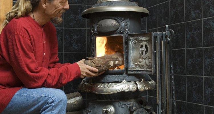 Utiliza una estufa de sala de estar para calentar o cocinar.