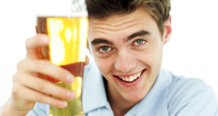 La bebida adolescente está asociada con varias consecuencias a largo plazo.