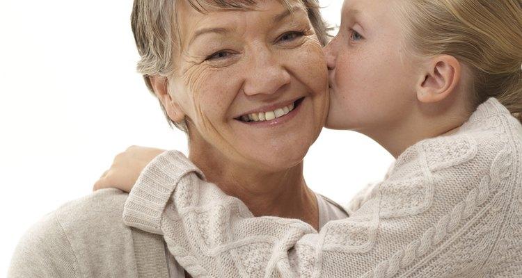 Ayuda a que tu abuela se sienta mejor con los regalos que alivian estos malestares.