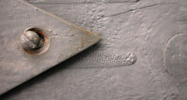 A ferrugem e o alinhamento inadequado são causas comuns de parafusos presos