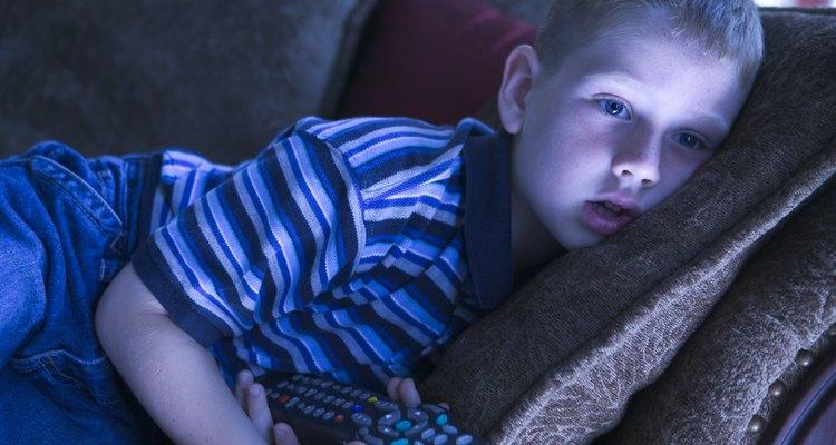Un niño viendo televisión.