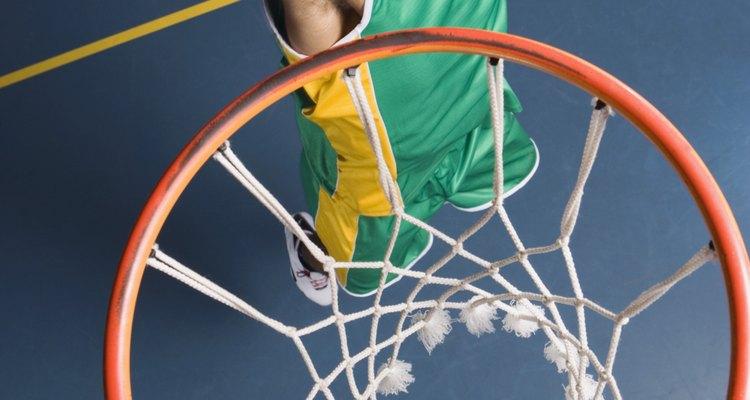 Jogadores de basquete que pulam alto têm muitas vantagens