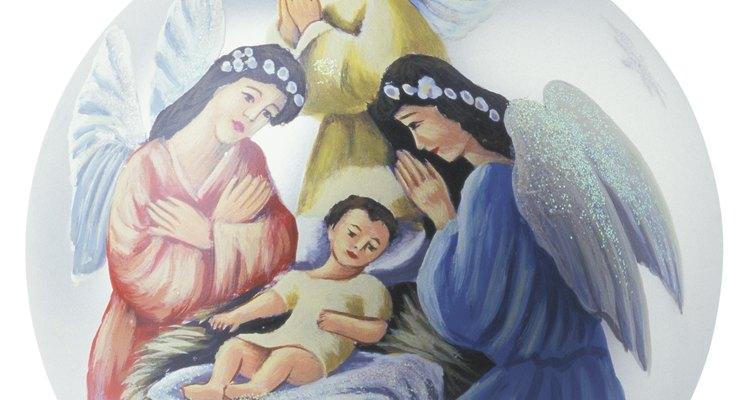 El ángel acompaña a José y María durante la petición de posada a través de las diferentes casas por las cuales tuvieron que pasar, hasta llegar al pesebre donde tuvo a su hijo.