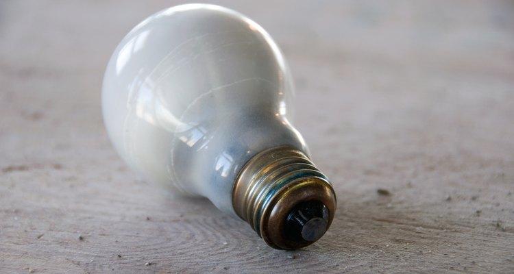 Uma simples lâmpada manterá seus pintinhos aquecidos