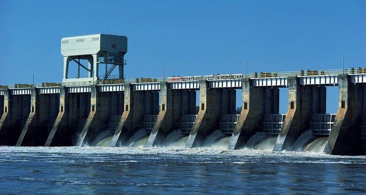 El agua crea energía que puede ser convertida en electricidad.