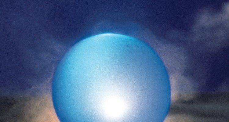 Deja que tu visión se vuelva difusa a medida que miras fijamente la bola de cristal.