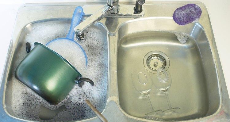 No utilices agua demasiado caliente en recipientes de plástico.