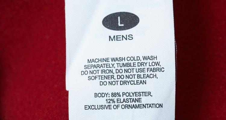 No es poco habitual que las etiquetas adhesivas dejen un residuo pegajoso sobre las prendas.