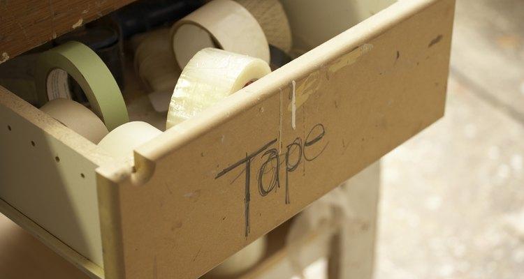Remueve todo el polvo utilizando cinta adhesiva.