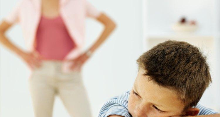 Un niño puede reaccionar a un divorcio rechazando a uno de los padres.