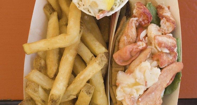 Evita la comida rápida para perder grasa de la clavícula.