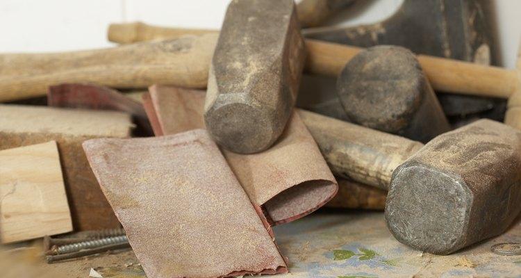 Prepare a superfície com lixa para remover imperfeições