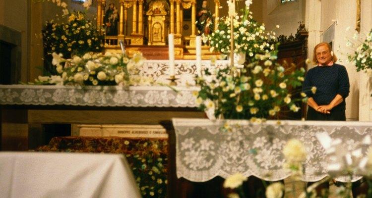 Flores no altar ajudam a atrair o foco para a frente da igreja
