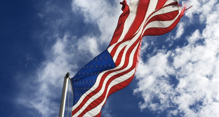 Um cunho pode ser usado para suspender uma bandeira a qualquer altura de mastro desejada
