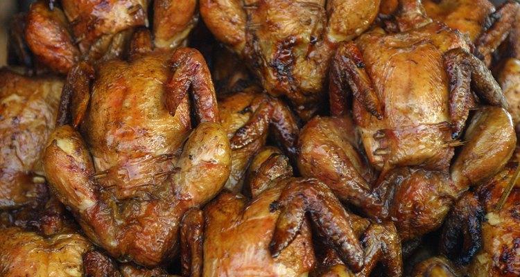 El pollo rostisado tiene la carne tierna y la piel dorada y crocante.