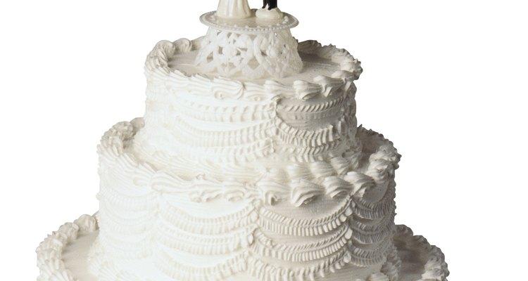 Los pasteles de bodas cubiertos de crema de mantequilla son muy populares.