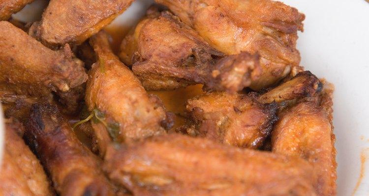 Las alas de pollo al estilo búfalo son un aperitivo habitual en bares.