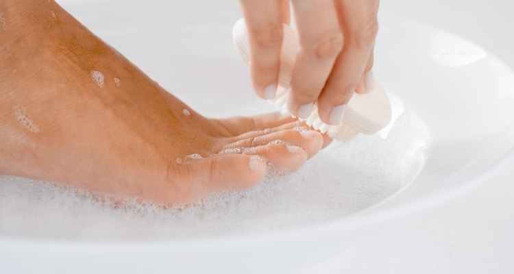 Mantenha os pés limpos para evitar o acúmulo de sujeira e suor
