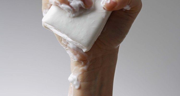 Lave bem o recipiente de vidro, a tampa e a mangueira com sabão e água limpa