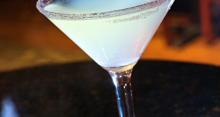 Pide tu martini hacia arriba (sin hielo en el vidrio) o en las rocas (hielo en el vaso).