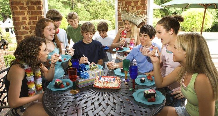 Planifica juegos de fiesta de cumpleaños que desafíen tanto a adultos como a adolescentes.