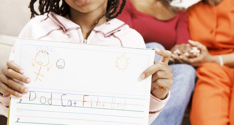 Los niños comienzan a escribir con habilidad alrededor de los 6 años.