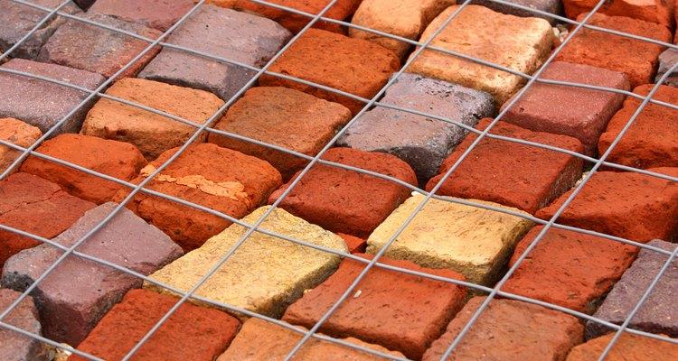 O tijolo deixa os pedaços de vidro menores