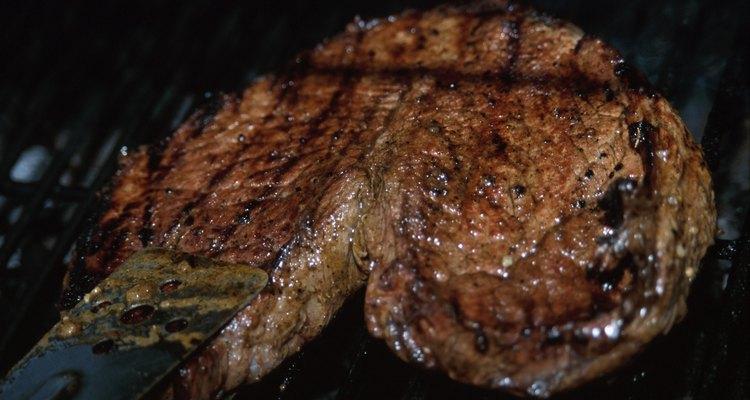 Sirva o bife reaquecido enquanto ainda estiver quente para obter melhores resultados