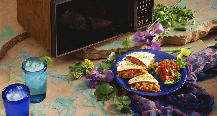El microondas se encenderá y comenzará cocinar tus alimentos.